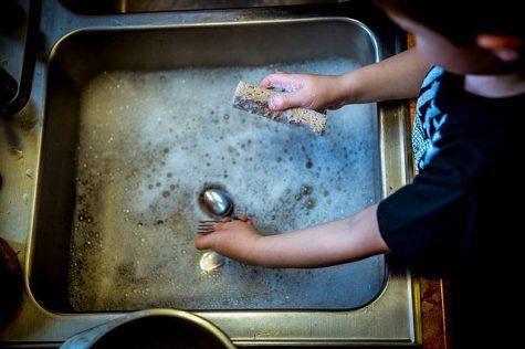 kid washing dishes