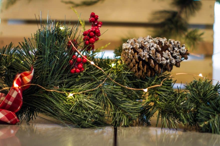 minimalist holiday decorating